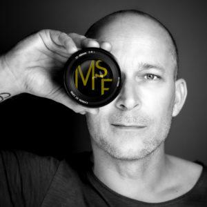 portret van professioneel fotograaf Michel Schnater Professioneel fotograaf voor zakelijke portretten en commerciële opdrachten. Fotografie radio en televisieprogramma's, evenementen, festivals, artiesten en performing arts. Fotoshoots op locatie of in de studio.
